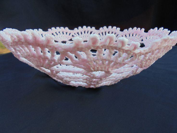 Cesta feita em rosa com linha nº6, 100% algodão.