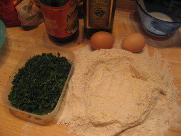 Das perfekte Nudeln- Grün für die Sonntagsgäste-Rezept mit einfacher Schritt-für-Schritt-Anleitung: Mehl und Grieß mischen auf ein Backbrett sieben…