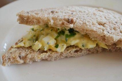 Tonijn en eiersalade is hartstikke lekker voor op toastjes of op brood. Helaas zijn die kant-en klare salades niet gezond; er zit veel mayonaise in, veel zetmeel, maar een beetje eiwit en weinig vitamines. Hoog tijd om zelf de lekkere salades te maken en op basis van Griekse yoghurt en verse groentes een gezonde twist te geven! Iris Venema zet iedere maandag een gezond recept op Gezondheid & Co. En natuurlijk test ze het zelf.