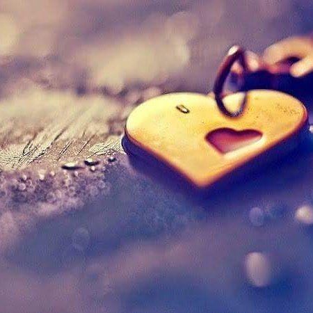 Tras vivir siempre buscando escuchar esas palabras que entendemos como la mayor muestra de cariño  encontró un amor que no necesitaba de un te quiero.  Un amor que le enseño que no son las palabras ni los violines ni las rosas. Ni ver atardecer en la playa ni una cena en París. Que no son las poesías ni las películas de amor. Que no es ir siempre cogidos de la mano ni acordarse de los aniversarios ni los bombones ni los regalos.  Un amor que sin grandes gestos sin alardes no preguntaba que…
