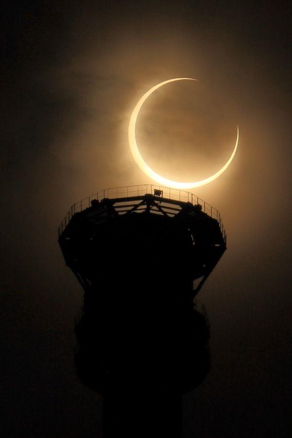 東京スカイツリーと金環日食。輪になる直前!