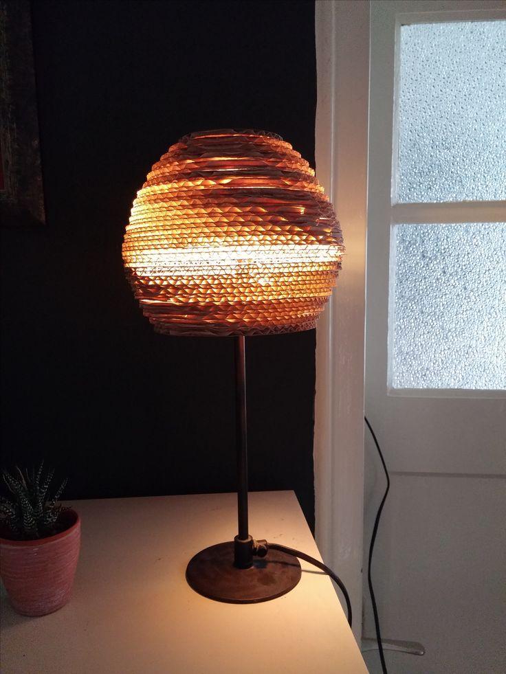Lamp gemaakt van oude fruitdoos.