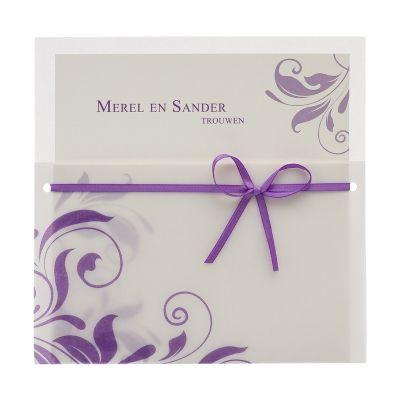 Witte kaart met paars bladmotief en paars lint (103.065)