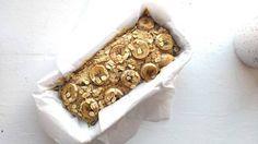 Mijn nieuwe go-to food om in mijn tas te stoppen als ik een dag op pad ga: bananenbrood! Ik maak het van banaan, havermout, amandelmelk, noten en rozijnen. Veganistisch en suikervrij en absoluut goddelijk.
