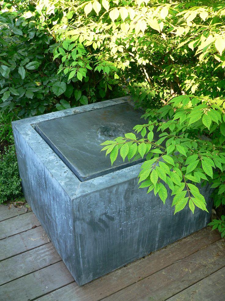 Zoals mooi te zien is op deze foto is een watertafel in zink een zeer natuurlijk element. Het zink zal naar verloop van tijd een witte patine beginnen te ontwikkelen. Dit geeft de watertafel die natuurlijke look.  #watertafel #viveretto #zink #waterelement