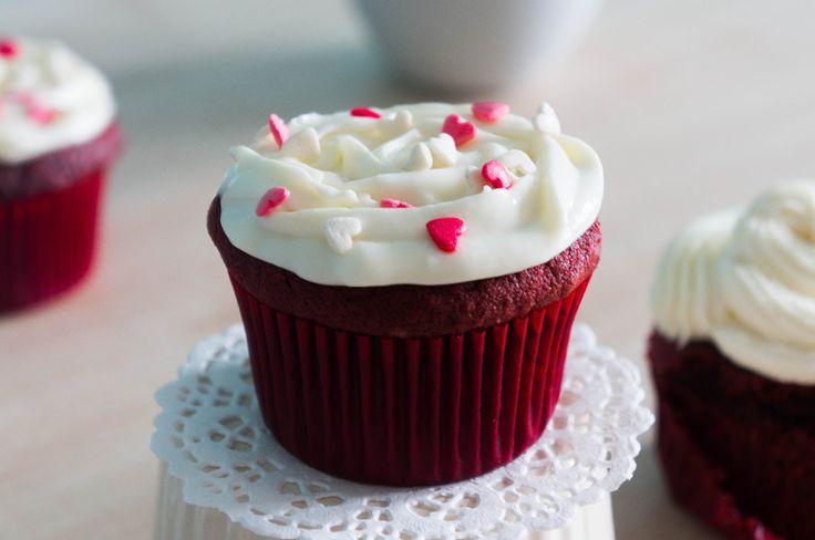 Капкейки красный бархат, так же как все красные бархатные торты должен иметь бархатистую мягкую структуру и легкий вкус какао. Готовый бисквит красный бархат самодостаточный, он не нуждается в пропитке или креме, ведь сам по себе имеет влажный насыщенный вкус, но, по своему желанию капкейки можно покрыть творожным кремом.