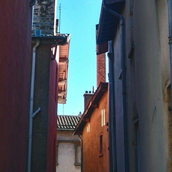 Un petit passage dans les traboules lyonnaises et dans les rues médiévales du Vieux Lyon s'impose durant un dimanche ensoleillé.  Ambiance particulière, petits magasins, bouchons lyonnais, artistes et musées. Le Lyon authentique vous attend.  #tourism #travel #voyage #Lyon #city #old #architecture #discover