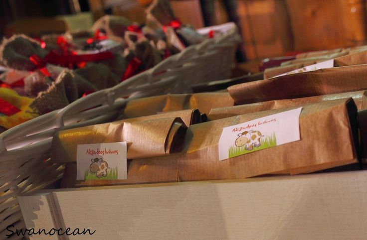 Alexander-John's christening barn-farm theme party. Donut favors in brown bags-Η βάπτιση του Αλέξανδρου-Ιωάννη Θέμα ζώα της φάρμας