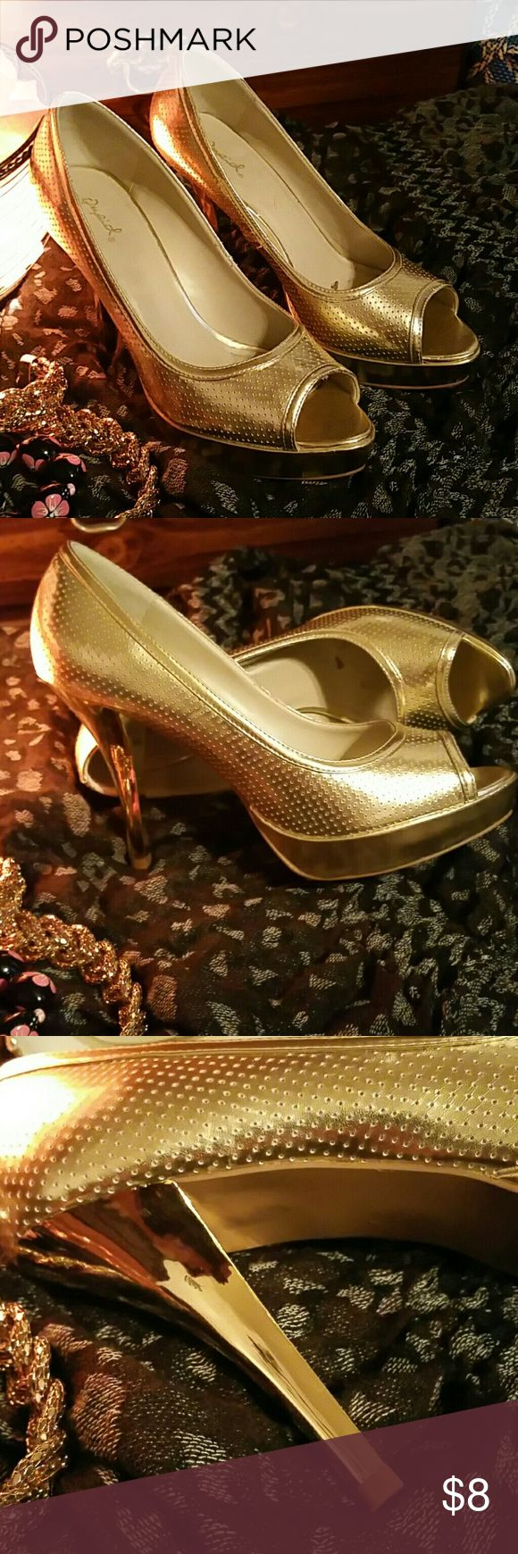 "Gold open toe heels. Simply beautiful, elegant gold metalic heels ,Great conditions! Just worn once,look divine  with skinny jeans! Size 10. 4""  heel, 1"" platform! Really comfy. Qupid Shoes Heels"