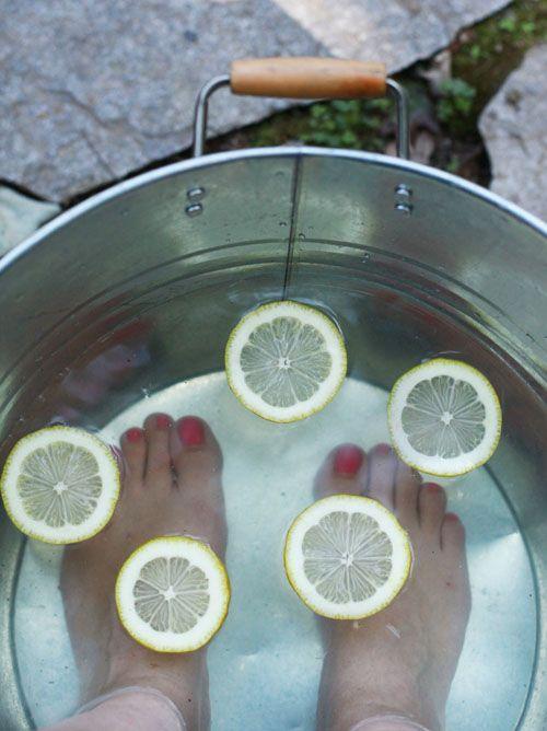 Soins des pieds !! Remplir bassine : eau tiède, 1/2 tasse miel, 1c. et demi à soupe vinaigre de cidre & 1 citron en rondelles. 15-20MIN. Sécher avec serviette, puis appliquer crème ci-dessous. Mélanger 1/4 tasse sucre brun, 2c. à soupe huile de noix de coco, 2c. à soupe miel et 3 gouttes huile essentielle de menthe poivrée ds 1bol. Masser avec des mouvements fermes. Oter à l'eau tiède et séchez avec serviette. Conservez tout surplis inutilisé ds un récipient à couvercle pdt un mois.