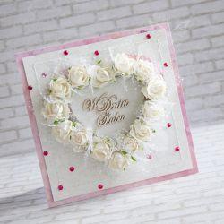 Wyjątkowy i oryginalny komplet z okazji zaślubin wykonany metodą scrapbookingu. Ozdobiony materiałami najwyższej jakości papierami, wycinankami, kwiatami, napisem, brokatem, wstążeczką, fuksjowymi kryształkami oraz przeszyciami.  Komplet zawiera kartkę oraz pudełeczko. Wymiary kartki ok.14x14cm. Wymiary pudełeczka ok. 15x15cm.  Polecam!