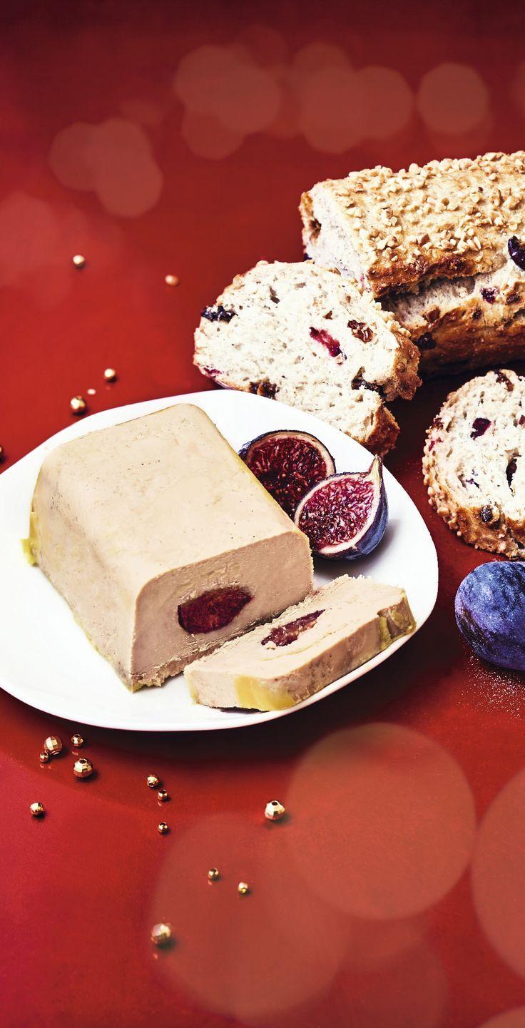#MaTableAuSommet  Ici, le célèbre foie gras de canard du Sud Ouest se présente sous forme de lobes éveinés et assaisonés, avec en leur cœur des figues semi confites. Il sera à déguster avec un pain de mie brioché, un tranche de pain d'épices ou émiété sur vos salades chics... #Noël #Repas #FoieGras #Chic #Figue