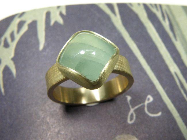 * ringen | oogst-sieraden * Ring * Geelgouden linnenstructuur met kussen geslepen aquamarijn * 995 euro * Unicum *