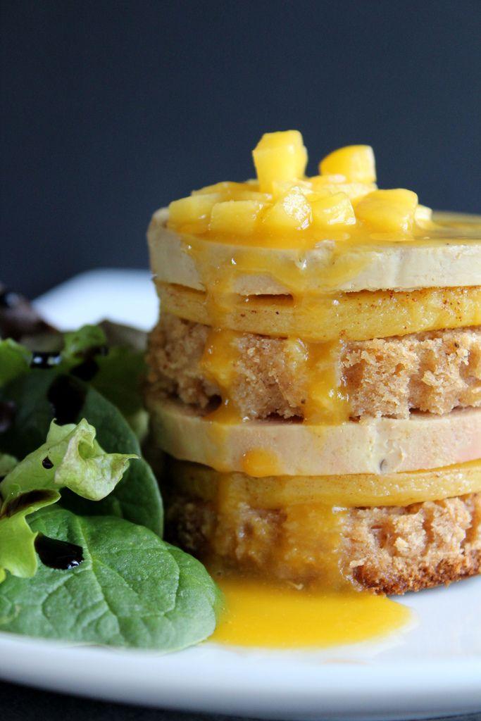 Mille-feuilles de foie gras, mangue rôtie et pain d'épices et coulis mangue-passion