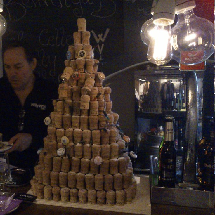 Christmas tree with cork's plugs. http://quotidiart.blogspot.com.es/2013/12/arbre-nadal-taps-suro-cava-willy.html