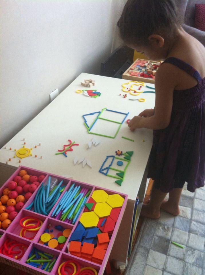 Darles distintos materiales con distintas formas y que ellos dibujen y peguen lo que quieren representar.