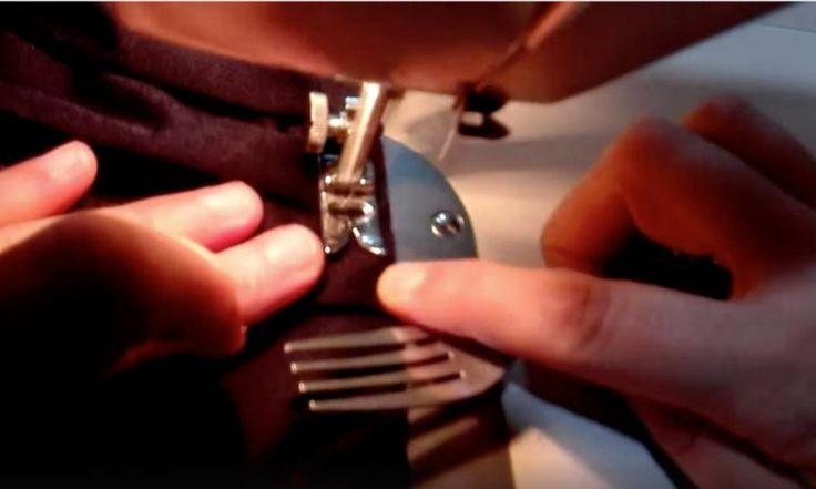 Elle coud avec une fourchette à la main et quand vous verrez pourquoi, vous ferez la même chose!