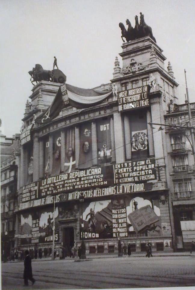 Edificio de la central del Banco de Bilbao en la calle Alcalá, con propaganda de la UGT. Madrid, 1937,