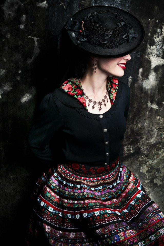 Very pretty skirt and I like the hat too.  http://eileensbasement.files.wordpress.com/2012/09/558487_10151035605045544_1764494440_n.jpg