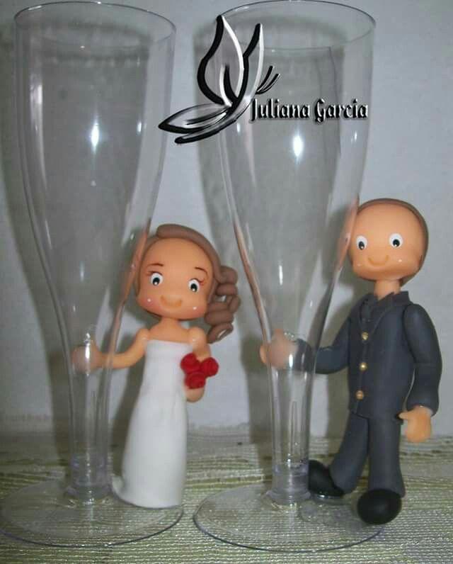 Lembrancinhas de casamento  Noivinhos na taça  #juhgarciabiscuit #porcelanafria #artesanato #arte #coldporcelain #weddingdresses