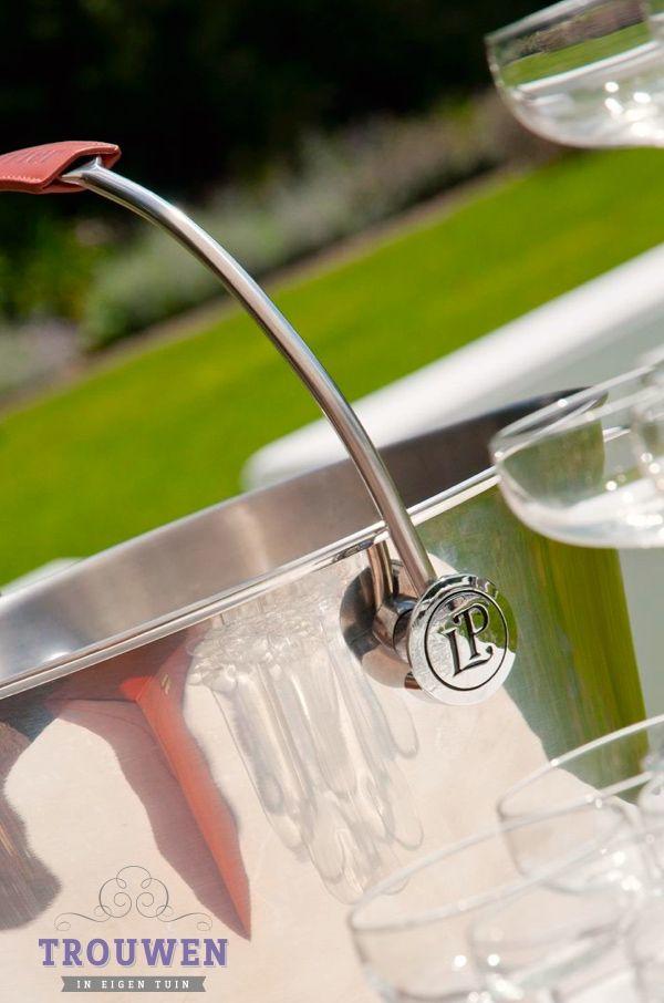 www.trouwenineigentuin.nl  Champagne toren met glimmende cooler. Genieten van een feestelijke proost en heerlijke bruidstaart.