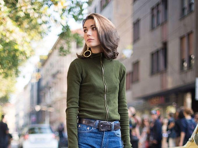 Diletta Bonaiuti   スタイリストで、オフランウェイスナップの常連でもあるディレッタは、セリーヌのマスタードイエローのブーツを愛用していた。オーセンティックなブルーデニムをロールアップしてブーツのカラーを見せることで、新鮮なスタイリングに。トップスのダークグリーンやバッグのブラウンなど、落ち着いたカラー使いもうまい。 V 字ラインがスポーティなムードのバッグは、ヴァレク...