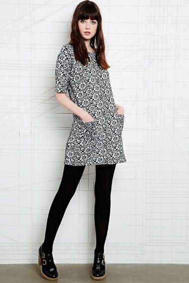 Cooperative - Robe plissée à imprimé pâquerettes chez Urban Outfitters