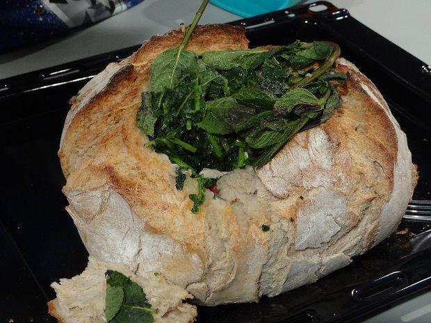 Ingredientes: - 4 lombos grandes de frango já cozidos (guardar o caldo); - pão redondo caseiro; - 1 chouriço de carne (cortado às rodelas e em 4); - 1 cebola; - 3 dentes de alho; - azeite; - 2 sacos de grelos congelados; - 1 tigela com leite para ensopar o pão; - 1 ramo …