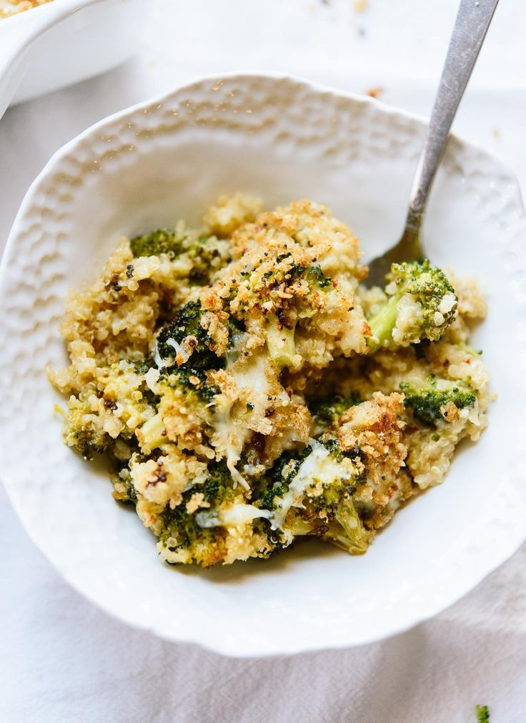 cazuela brócoli, hecho mejor con el brócoli tostado, queso cheddar, quinua y migas de pan de grano entero.  - cookieandkate.com