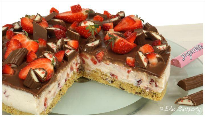 No-bake-Yogurette-Erdbeer-Torte - Löffelbiskuit-Butter-Yogurette-Boden mit Joghurt-Sahne-Erdbeer-Creme und Yogurette-Ganache - schnell - http://evasbackparty.de/yogurette-erdbeer-torte/