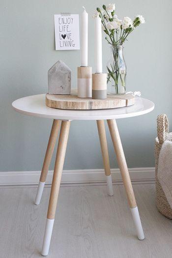 木と白のコンビネーションが美しいテーブル。 ベッド脇に置いて、キャンドルを灯せば、リラックスして眠りに就くことができそう。