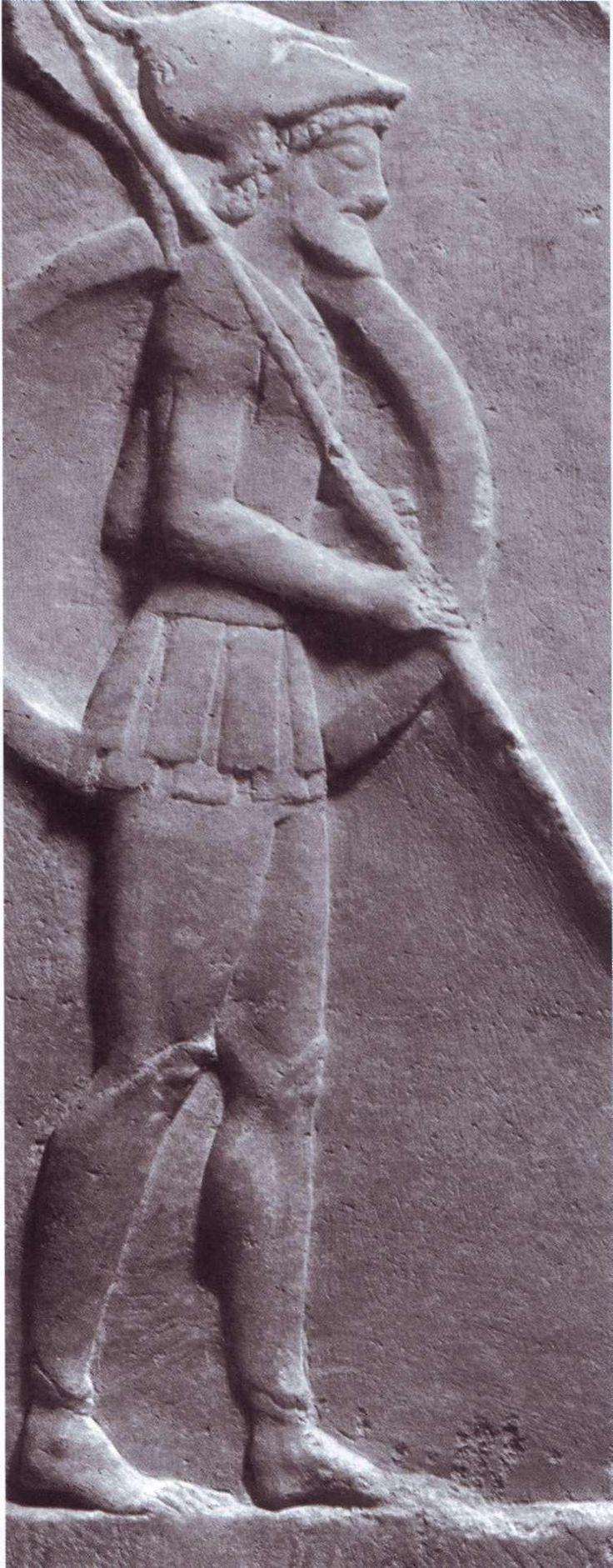 Αθηναίος οπλίτης. Η άριστη φυσική κατάσταση, η μεγάλη δύναμη, η εντατική εκπαίδευση και ο ισχυρός οπλισμός του τον καθιστούσαν τον πλέον επίφοβο αντίπαλο για οποιονδήποτε στρατό της Αρχαιότητας (Αθήνα, Εθνικό Αρχαιολογικό Μουσείο).