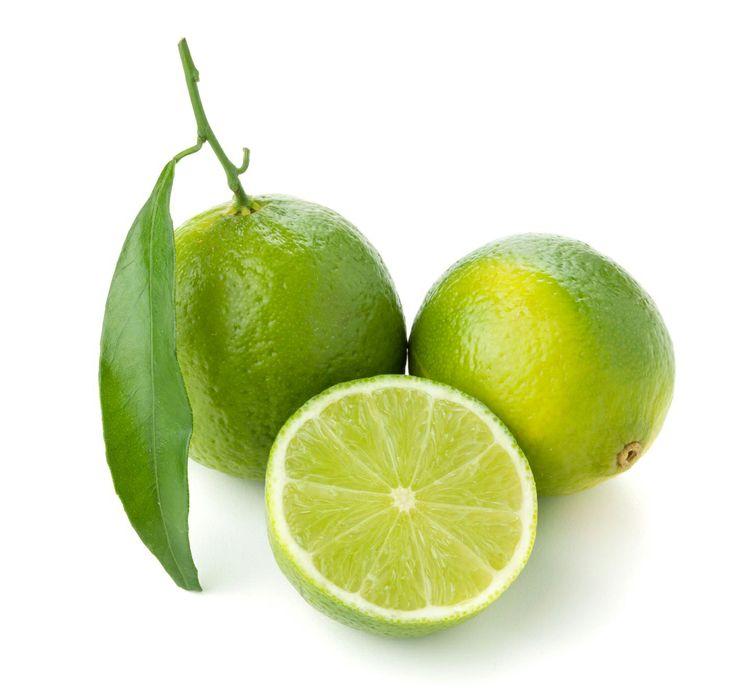 El limón es un excelente limpiador de nuestro organismo. Funciona como un depurativo, elimina toxinas, arrolla la sed y es rico en vitamina C. También es anti bacteriana y anti viral, sienta bien a las gargantas doloridas.