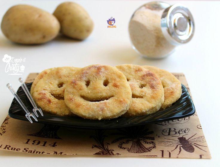 Sono simpatiche e deliziose queste faccine di patate al forno, molto apprezzate e amate dai bambini, perfette come contorno o secondo piatto !