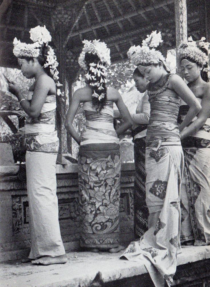 """Henri Cartier-Bresson: Les danses à Bali, collection """"huit"""", Editions Robert Delpire, 1954."""