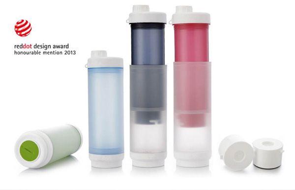 O estúdio de design japonês Fan Bao desenvolveu um copo capaz de filtrar água em qualquer lugar.  A garrafa Sukori traz com a sua portabilidade o poder de filtrar água dentro da sua própria garrafa, além de ter a capacidade de usar para sucos, chás e cafés. Tudo que você precisa fazer é abri-lo, preencher qualquer compartimento e empurrar lentamente ambos os compartimentos juntos. A água passa através do filtro a partir de um espaço para o outro, e está pronto pra beber.