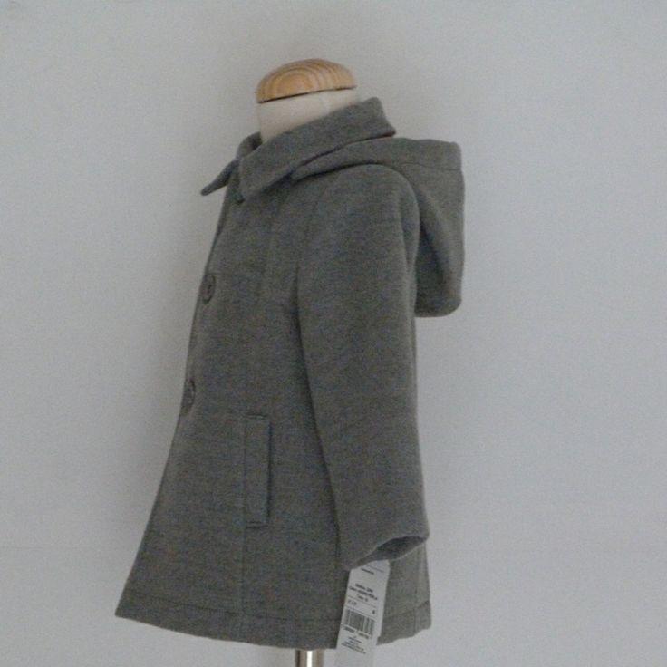 Perfil abrigo infantil color gris con capucha desmontable.