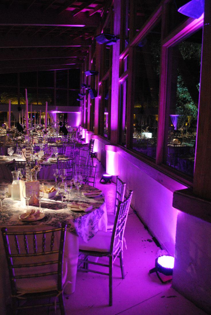 Iluminación perimetral para el salón. Acá se distingue la diferenciación de las mesas y el perímetro, con distintos colores. #Matrimonio #Wedding #Novios #Novia  www.mievento.cl :: contacto@mievento.cl
