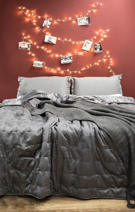 Wkrótce trzeba będzie rozebrać choinkę, ale to nie znaczy, że lampki choinkowe muszą czekać zamknięte w pudełku do przyszłego roku. To doskonały materiał dekoracyjny i aż żal korzystać z nich wyłącznie od święta. Oto pięć pomysłów, jak wykorzystać lampki choinkowe przez cały rok.