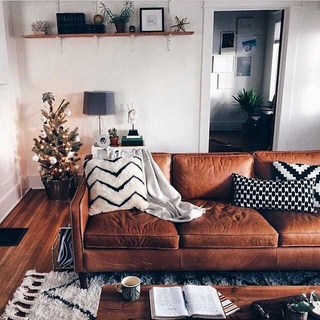 Sofá caramelo é TUDO num ambiente! e a árvore de natal no balde moderno? Muito cool!! #cooldecor #sofácaramelo #carameldecor #decor #decoracao #homedecor #inspiracao #inspiration #xmastree #arvoredenatal #cozydecor #cozy #cosi_home