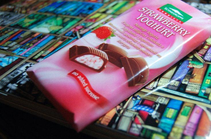 Хочу поделиться маленькой радостью с вами – сладкоежками. Сладкое любят многие. Кто-то употребляет все, что хоть как-то подпадает под это понятие, а кому-то приходится ограничивать себя. Но есть решение, товарищи! Представляю вам обнаруженное лично чудо – молочный шоколад с начинкой из клубничного обезжиренного йогурта. Этот зарубежный гость, приехавший к нам из Германии, не содержит сахара, вместо него фруктоза. Производит диетическое счастье компания SchneeKoppe.
