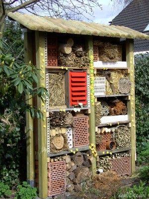 Statt Pestizide greift man mit dem Wildbienenhotel wieder zu natürlichen Nützlingen im eigenen Garten, die zum Ökogleichgewicht beitragen …