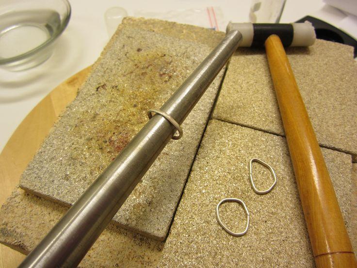 Rengas muotoillaan sormuspinnan päällä ja liitetään toisen juotetun ja muotoillun  sormuksen kanssa yhteen. Samoin kolmannen kanssa.