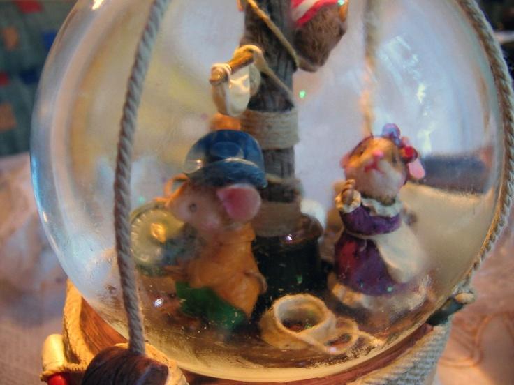 """Neige globe avec boîte à musique: avec Mice, pirates Souris.    Souris sur un voilier (bateau pirate).  Avec la lumière,    L'éclairage est batterie fermes,     Piles non comprises.    Fait de polyStone (pierre résine).   musique: mécanique mouvement.    Avec de vrais """"cordes"""" umwickelten verre / boule de neige.   http://www.sammler-und-hobbyshop.eu/Neige-globe-avec-boite-a-musique-avec-Mice-Souris-comme-un-pirate-sur-un-navire"""