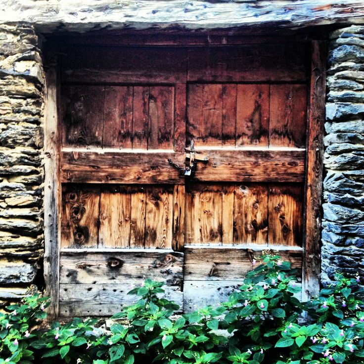 Porta típica pallaresa al poble d'Estaon