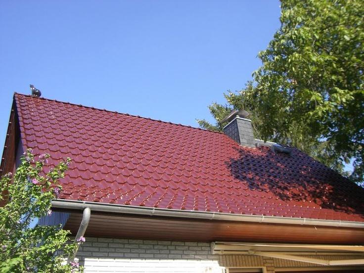 rote gl nzende dachziegel auf steildach von der p h. Black Bedroom Furniture Sets. Home Design Ideas