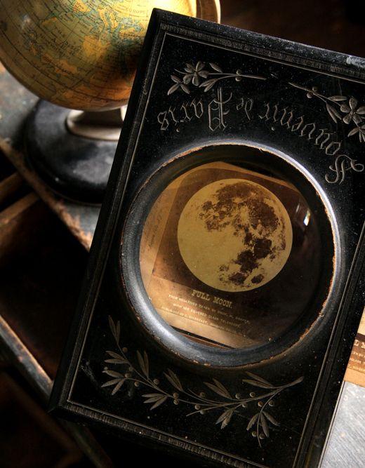 Img_312e86d58dbdfb6898074655e5cd24ab0c0f77bfアンティーク記憶拡大装置の中の月夜。  パリの骨董市で見つけた、丸硝子窓と美しい彫りのある黒い木箱。硝子は 拡大鏡になっており、中に写真を入れて、大きく写し、かつ、飾るためのもの。 年代は、19世紀末から20世紀初頭頃。ちなみに、映画『シャーロック・ ホームズ』(ロバート・ダウニー・Jr版)で、ホームズの書斎の小道具として、 これととても似た雰囲気の拡大装置が、密かに飾られていました。