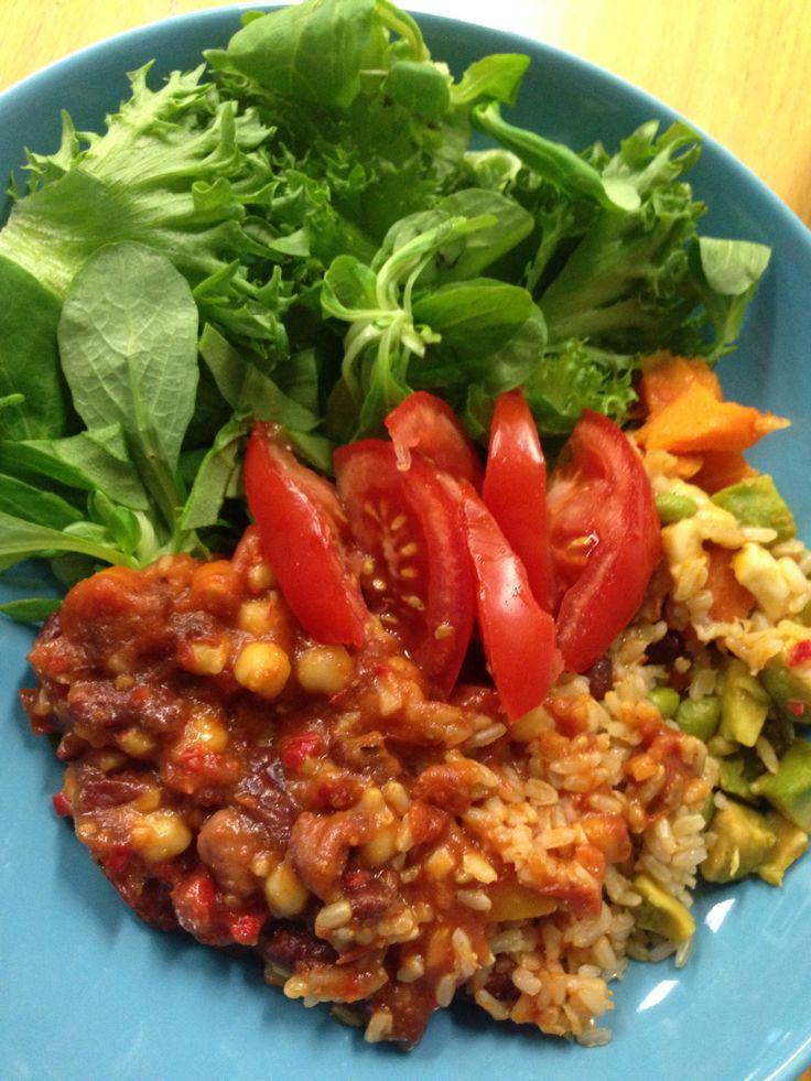 Valmisruokakin on välillä ihan jees. Saarioisten Balanssi Chili sin carne salaatilla tuunattuna. #lounas #Saarioinen #Balanssi #chili | © Satuhetki