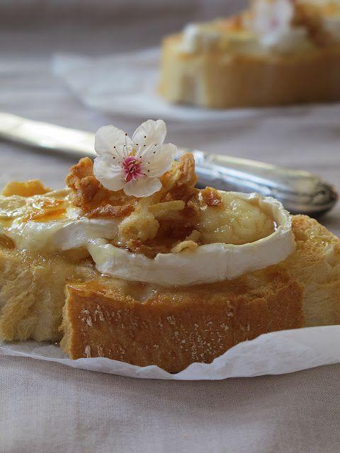 Tosts de queso con cebolla crujiente y miel.