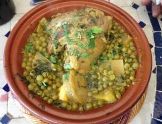 Tajine marocain de souris d'agneau aux légumes (agneau, ras el hanout, safran, coriandre, petits pois et fonds d'artichaut).